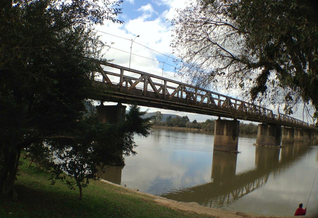 Figura 2: Ponte ferroviária sobre o Rio Iguaçu, convertida para ponte rodoviária com a extinção da ferrovia até Ponta Grossa