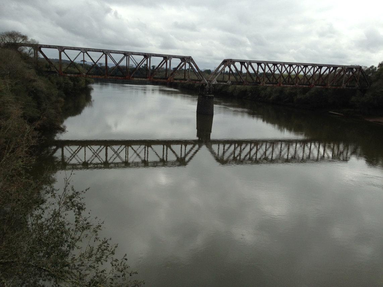 Figura 1: Ponte ferroviária sobre o Rio Timbó, próximo à foz no Rio Iguaçu