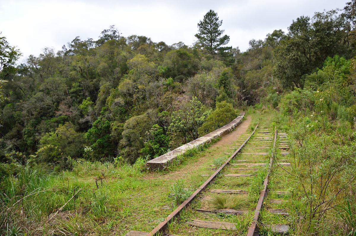 Figura 8: Ferrovia e cachoeira do km 13 (Set/2015)