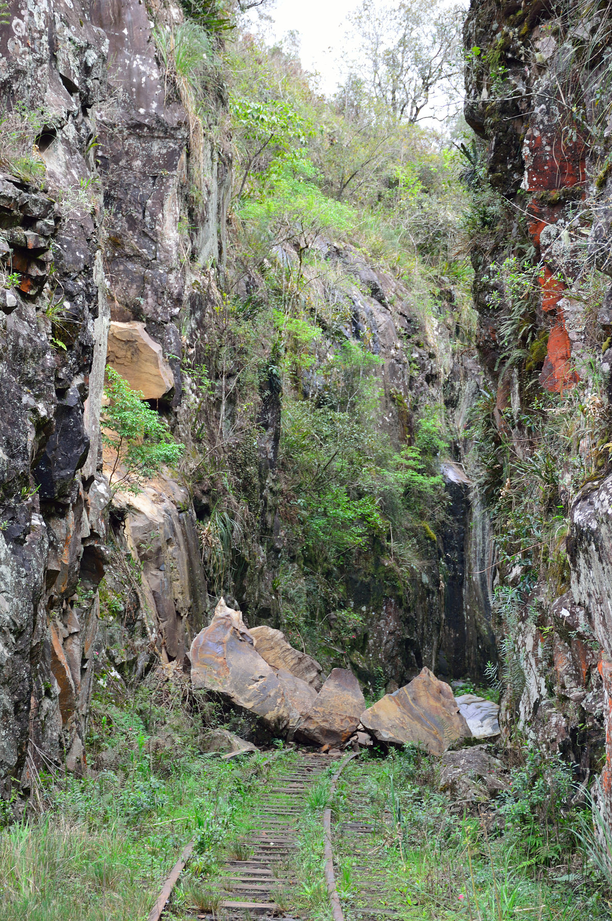 Figura 10: Desabamento de pedras perto da cachoeira do km 13 (Set/2015)