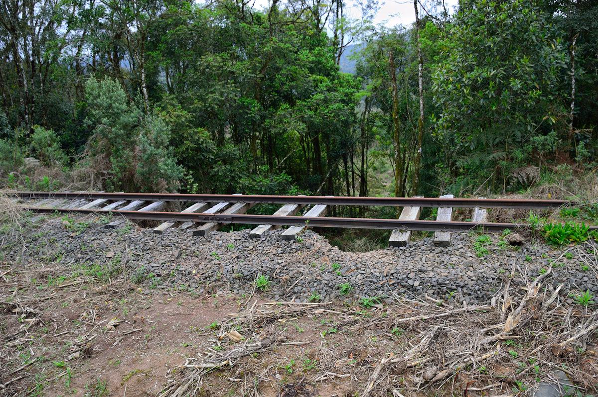 Figura 11: Aterro desmanchado sob o trilho perto da localidade km 13 (Set/2015)